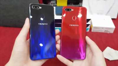 Oppo F9 màu đỏ bên trái.