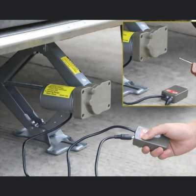 Kích nâng gầm xe ô tô con đang sử dụng tốt