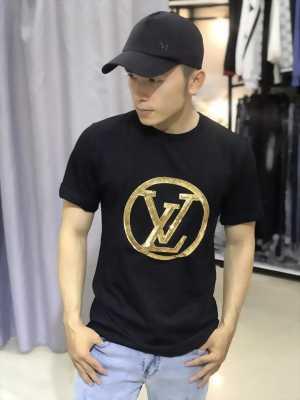 Áo thun đen in vòng tròn chứa chữ LV nhũ vàng thời trang cao cấp L45