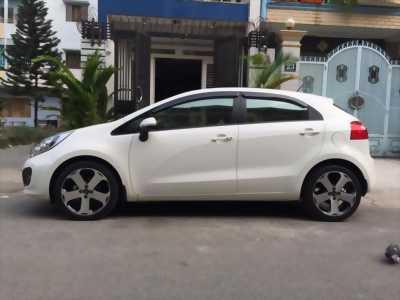 Cần bán lại chiếc KIA Rio hatchback đời 2014, màu trắng, xe nhập khẩu còn mới