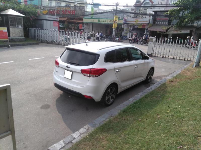 Cần bán gấp Kia  Rondo 2017 màu trắng ngọc trinh,tự động full option