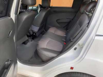 Cần bán xe Spark 2014, số sàn, có màu trắng.