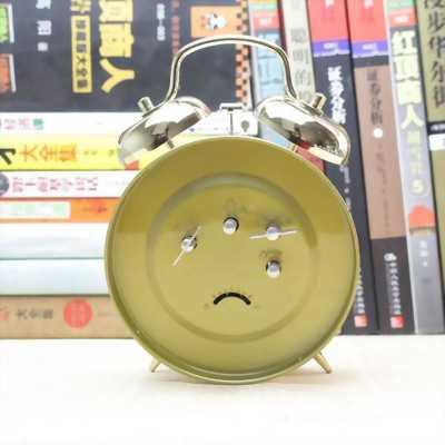 đồng hồ kim loại để bàn  báo thức