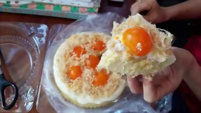 Bánh bông lan trứng muối tràn phô mai