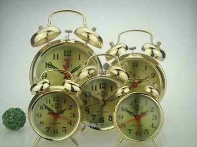 Đồng hồ để bàn, báo thức chạy bằng dây cót