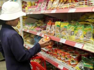 Nữ Nhân viên đóng gói hàng thực phẩm khô