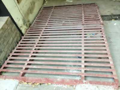 Cầu sắt lên xuống hầm để ô tô có kích thước 3,04 x 2,4m