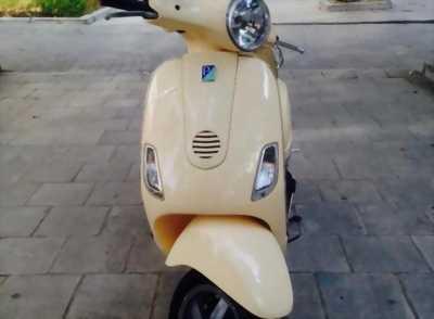 Cần bán con vespa 125ie màu vàng kem đk t9/2011