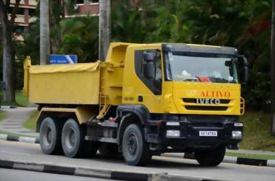 Lái máy đào hoặc xe tải nhỏ
