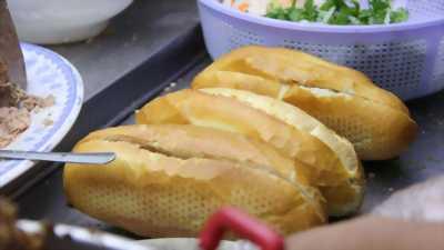 Nhân viên nữ phục vụ cửa hàng Bánh Mì - Nước Ép