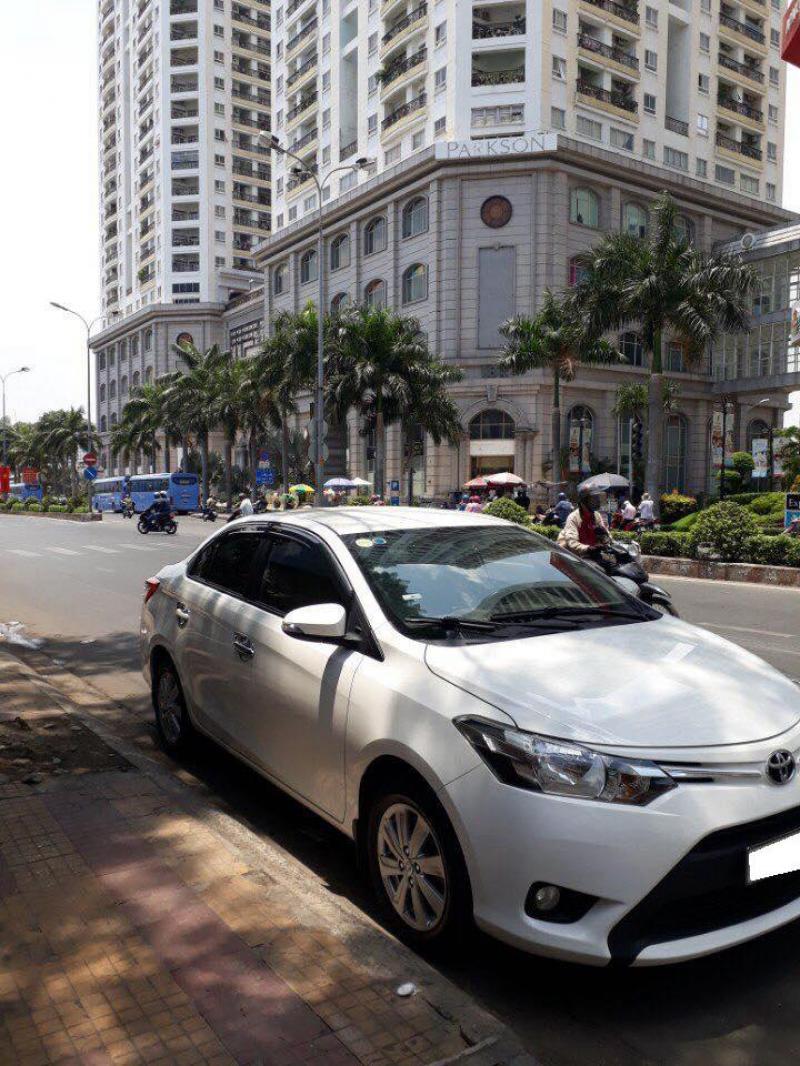 Cần bán xe Toyota Vios E số sàn 2017 màu trắng, xe xịn