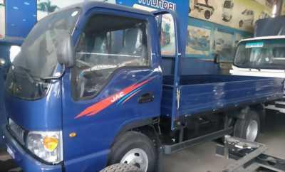 Xe tải JAC 2T4 thùng lửng màu xanh, máy lạnh sẵn